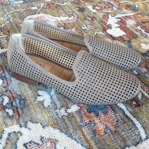 NWOT Me Too Yale Loafer in Taupe